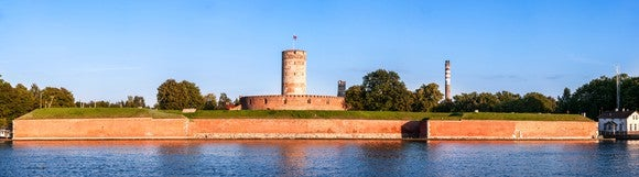 Picture of a fortress surrounded by a wide moat.
