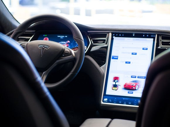 Tesla steering wheel and 17-inch touch display