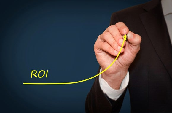 Man drawing ROI line going up