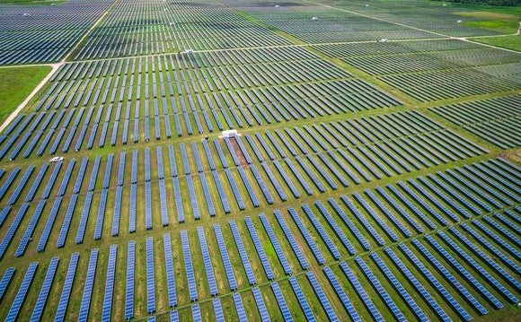 Hundreds of solar panels installed in a large field outside Austin, Texas.