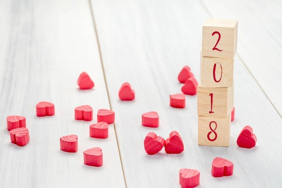 2018 written on wooden blocks next to lots of little hearts