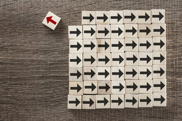 Blocks with black arrows aimed right, with one block with a red arrow aimed left.