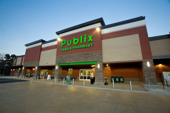 Publix store as seen from outside, with green sign and empty driveway.
