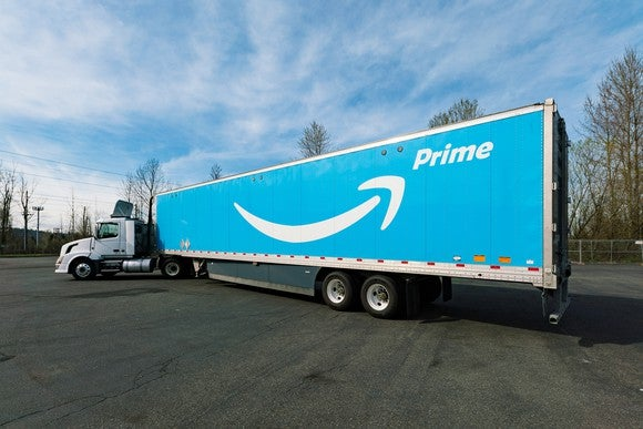 A semitrailer painted with Amazon's Prime logo.
