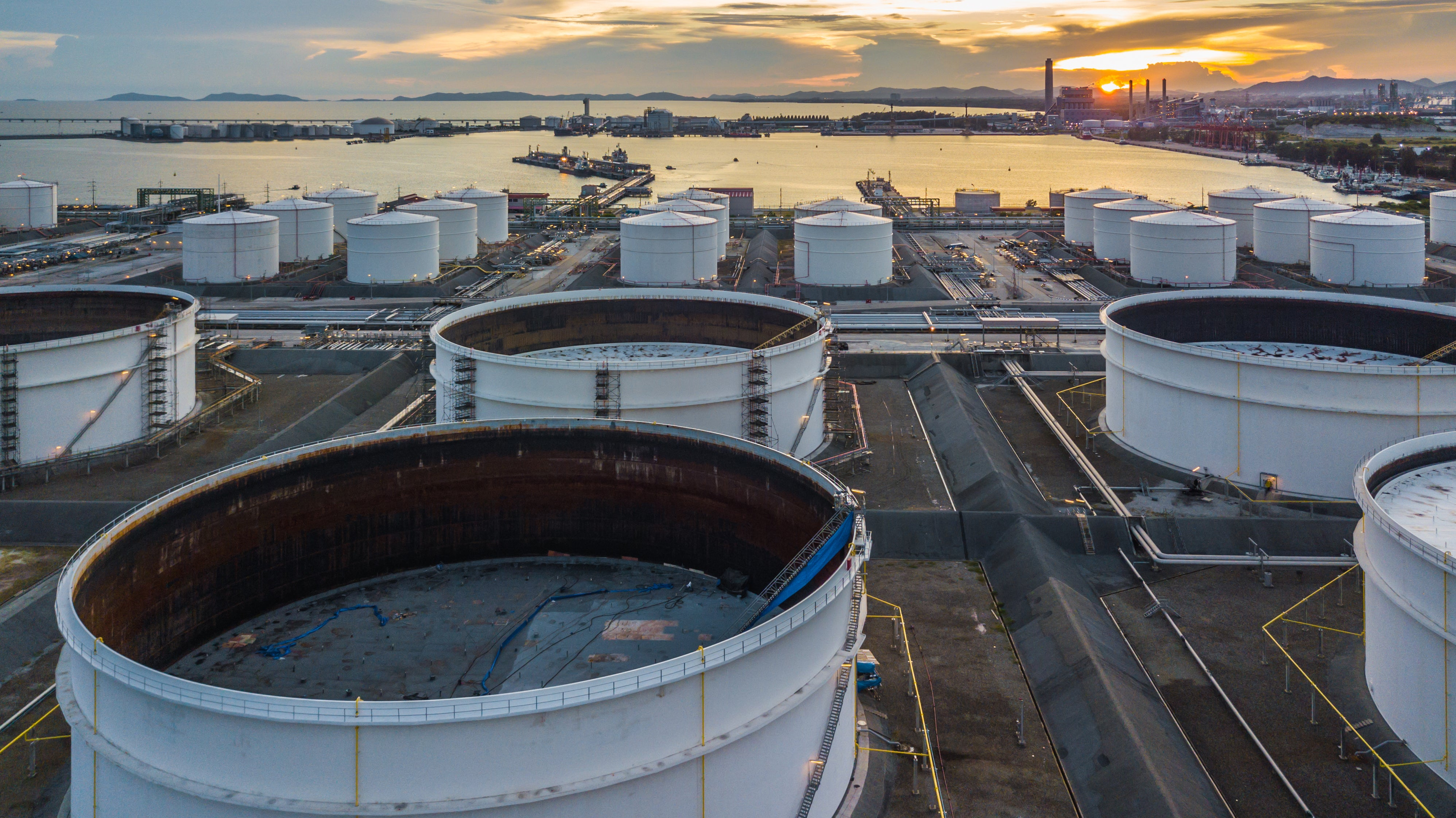 A marine export terminal for oil and gas