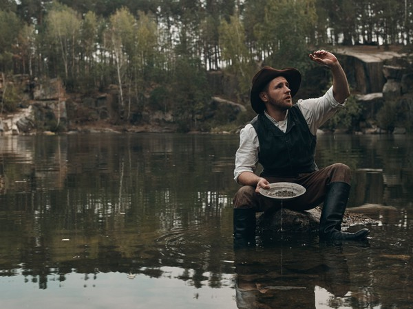 17_07_17 gold miner panning for gold_GettyImages-507516656