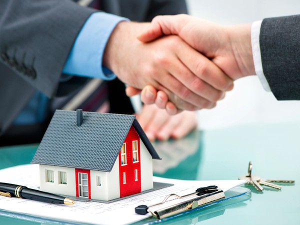 handshake over contract and house mortgage lender