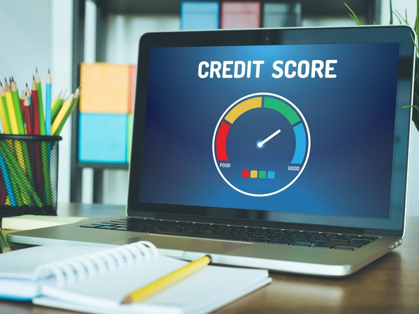 GettyImages-credit score on computer