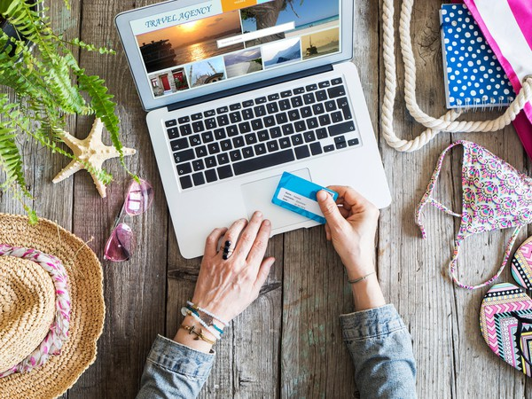 GettyImages-Credit Card Travel Booking