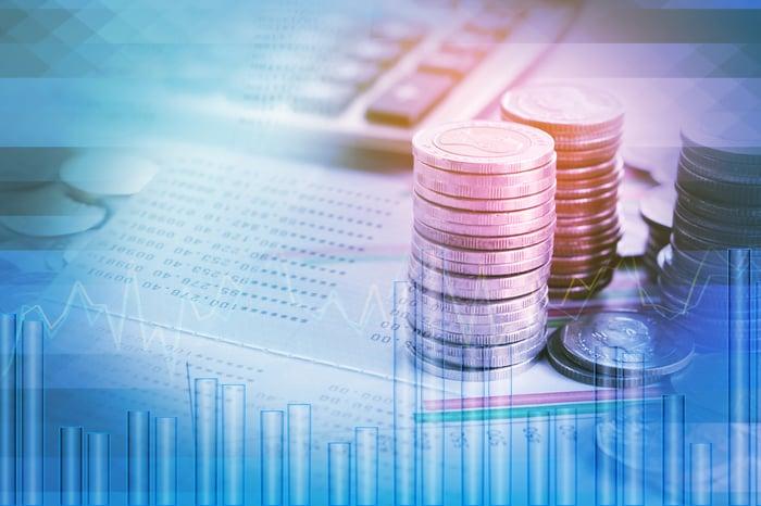 Double exposition des pièces dans les documents financiers, la calculatrice et le graphique boursier