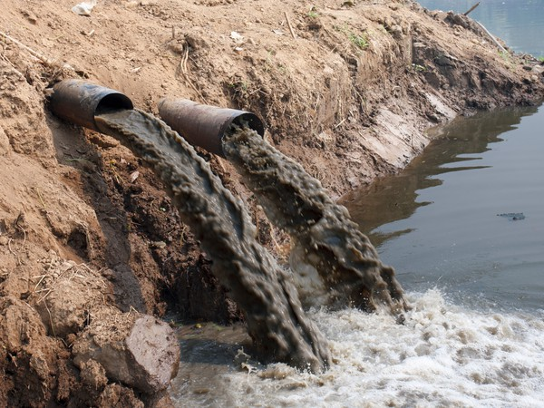 160914 Getty Pipes Pouring Pollution into River