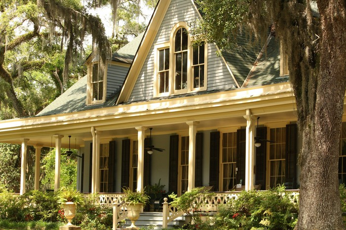 A southern house, with Spanish moss around