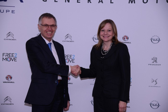 Carlos Tavares, chairman of the Managing Board of PSA, and Mary T. Barra, GM chairman and chief executive officer, shaking hands.