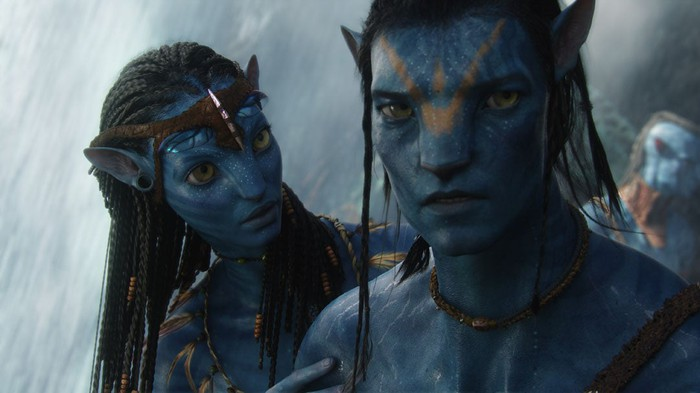 Characters Jake and Neytiri from 'Avatar' looking determined.