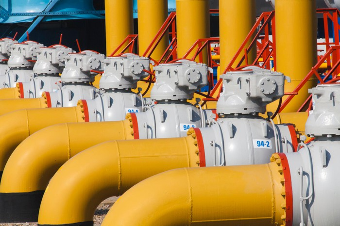 Natural gas compression pipelines and manifold