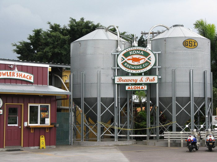 A picture of a Kona brewery and bar in Hawaii, with a sign that says Aloha.