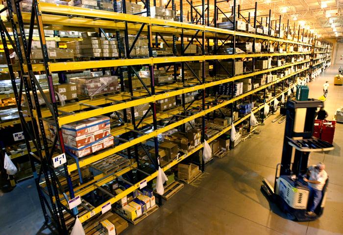 Racks de stockage dans un centre de distribution Amazon.