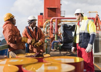 17_06_08 Works talking on an oil rig_E_XOM_RDSB_CVX_TOT_GettyImages-129944491