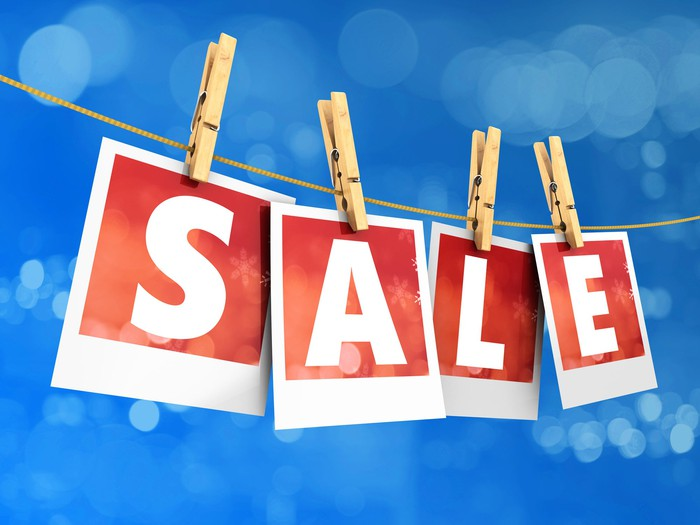 """Four sheets of paper spelling out """"sale."""""""