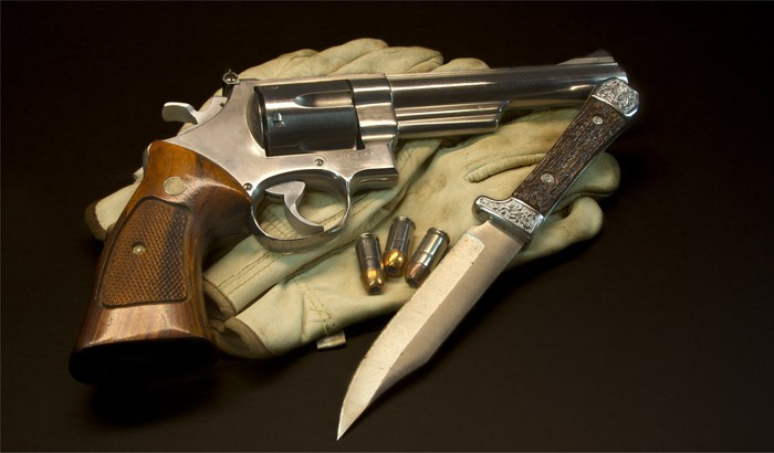 A Smith & Wesson revolver and a knife.