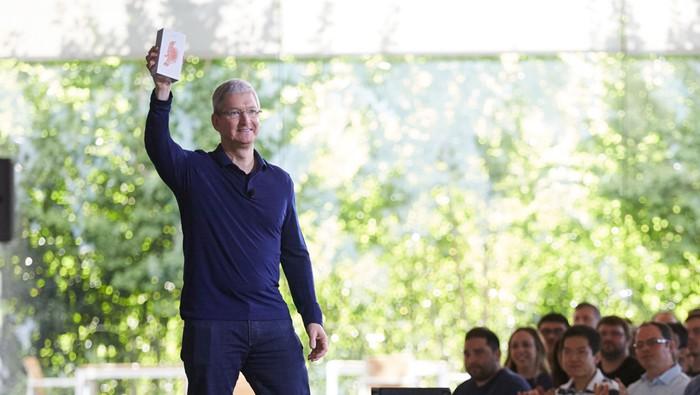 Tim Cook holding the billionth iPhone in front of Apple employees
