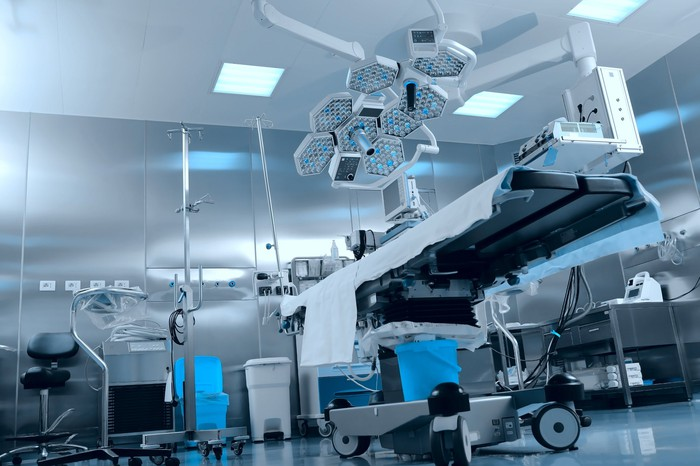 An image of an operating room.