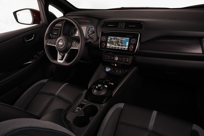 The front seats and dash of the 2018 Nissan Leaf.