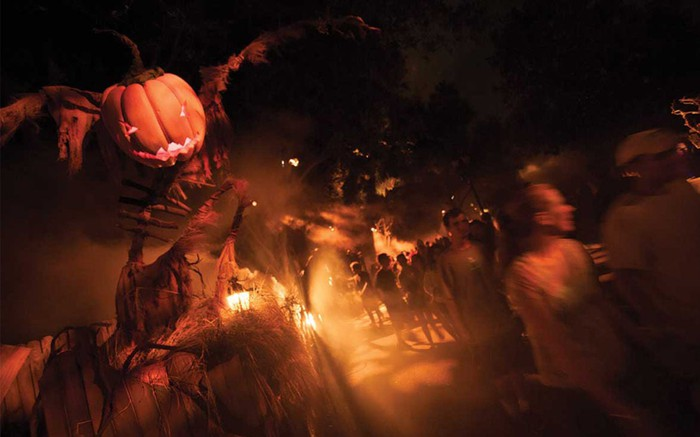 A scare zone at Halloween Horror Nights 27 during cast member previews.