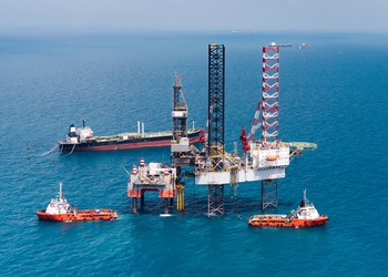 offshore drilling rig with several vessels