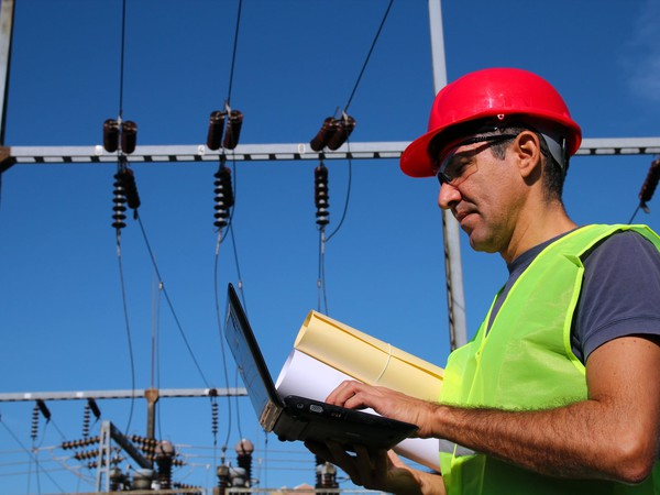 17_06_21 Man with power lines_DUK_SO_GettyImages-186999561