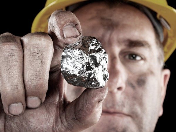17_06_20 Miner with a silver nugget_SLW_WPM_GettyImages-134059508