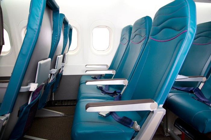 A row of seats in a Hawaiian Airlines Boeing 717