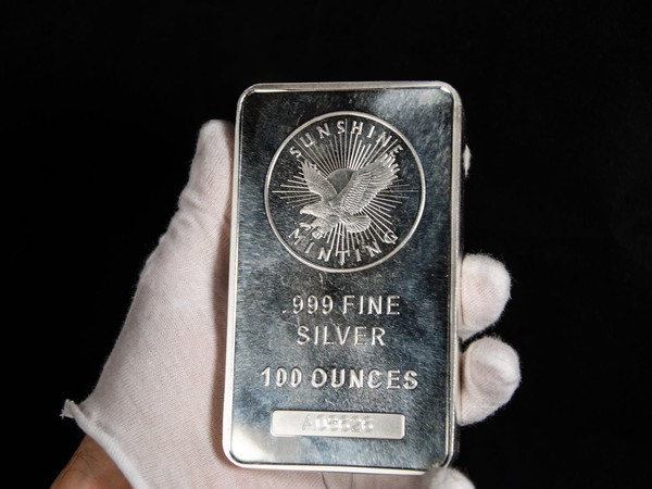 17_10_05 Hand holding a silver bar_GettyImages-486011876