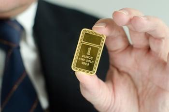 17_06_29 Man holding gold ingot_GettyImages-465567463