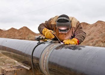 17_06_07 Oil pipeline with man welding_EPD_HEP_BPL_GettyImages-498337716