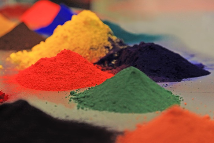Powders for coatings on a table.