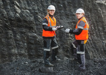 17_06_21 two people in a coal mine_TECK_ARLP_BTU_GettyImages-583714248