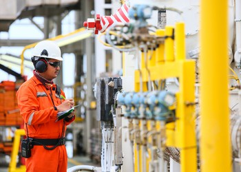 17_07_25 Man in orange checking oil and gas processes_GettyImages-586063360
