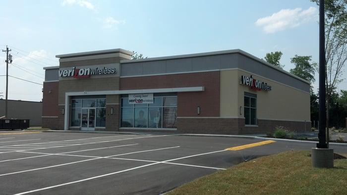 Verizon Wireless store with empty parking lot.