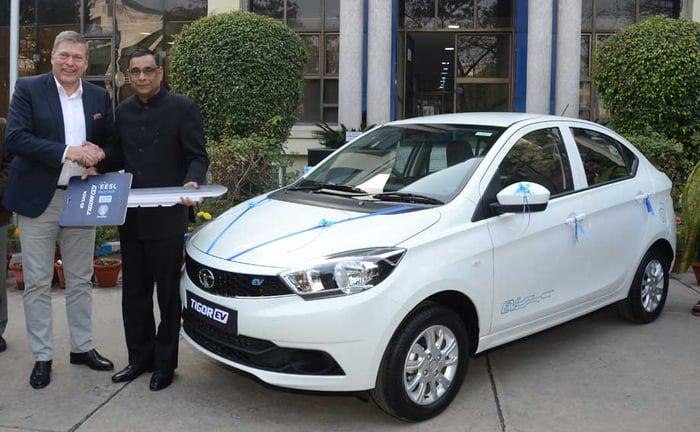 Tata Motors CEO Guenter Butschek handing over the keys of the Tigor EVs to Saurabh Kumar, Managing Director, EESL, an Indian Ministry of Power undertaking.