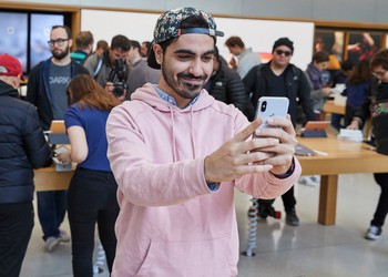 iPhone_X_launch_UnionSquare_SanFrancisco_man_taking_selfie_20171102
