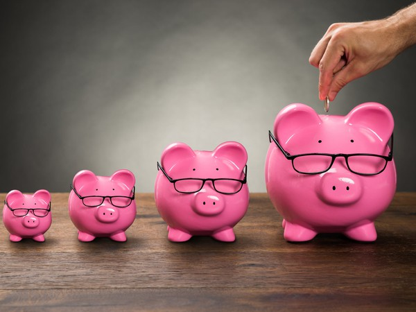 Getty Piggy Banks Progressively Larger with Hand