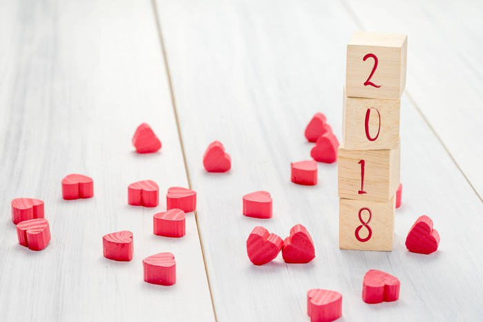2018 written on wooden blocks next to lots of little hearts