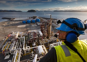 17_06_14 Man Looking down over oil processing plant_EPD_HEP_BPL_GettyImages-464201833