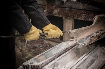 17_08_03 Man pouring moulten aluminum_GettyImages-587539584