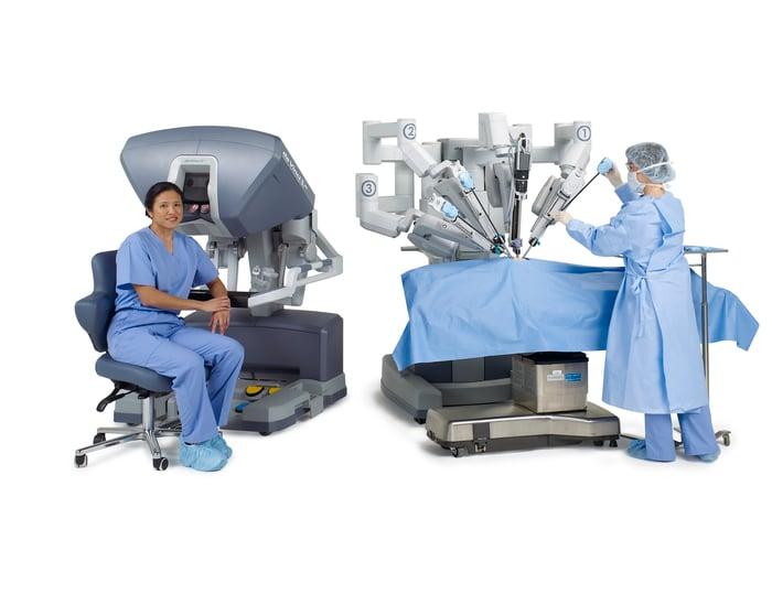 Two surgeons near a da Vinci system