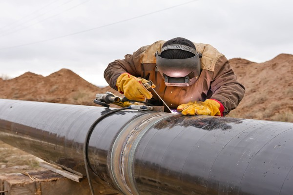 Pipeline welder GettyImages-498337716