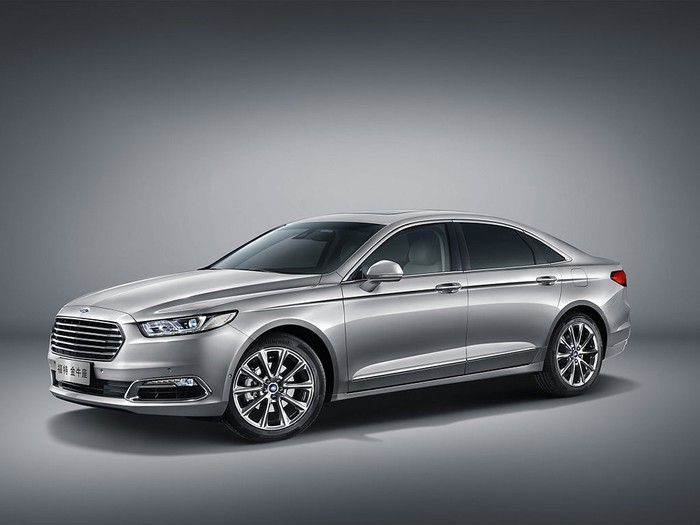 A silver Ford Taurus, a large sedan built by Ford for the Chinese market, with Chinese license plates