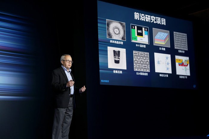 Intel Senior Fellow Mark Bohr presenting details about the company's manufacturing technologies.