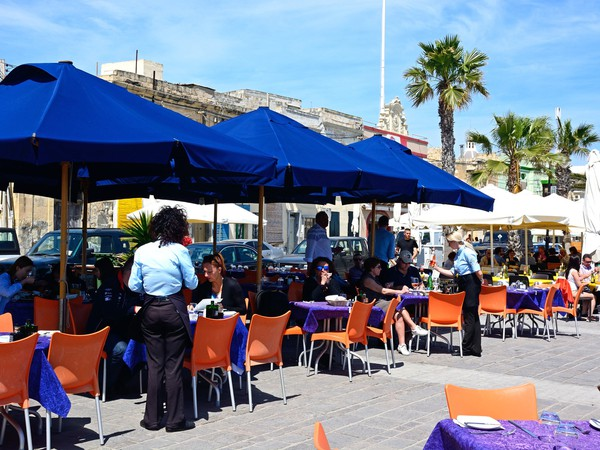 outdoor cafe_GettyImages-920409448